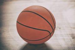 Баскетбол на деревянном поле Стоковые Изображения RF