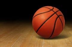 Баскетбол на деревянном суде Стоковое Изображение RF