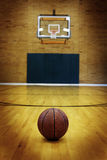 Баскетбол на суде шарика для конкуренции и спорт Стоковые Фото