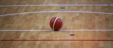 Баскетбол шарика в баскетбольной площадке с деревянным партером Стоковая Фотография RF
