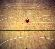 Баскетбол шарика в баскетбольной площадке с деревянным партером Стоковое Фото