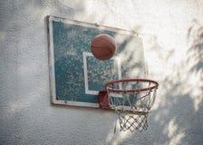 Баскетбол шарика идя через деревенский старый обруч с бакбортом Стоковое фото RF