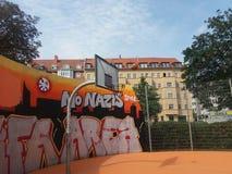 Баскетбольная площадка с баскетболом летания Стоковые Фото