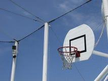Баскетбольная площадка с обручем против backround голубого неба Стоковое Изображение RF
