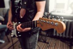 Басовая гитара в играть музыкант вручает конец-вверх Стоковое фото RF