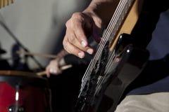Басовая гитара в руках музыканта Стоковые Изображения RF