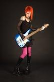 басовая гитара девушки играя утес Стоковая Фотография