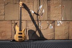 Басовая гитара против стены Стоковые Фото