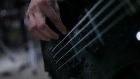 Басовый гитарист в репетиции видеоматериал