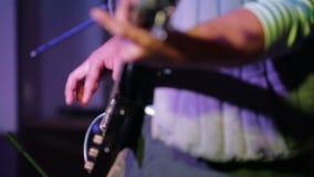 Басовый гитарист на этапе акции видеоматериалы