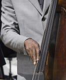 басовый играть руки Стоковая Фотография