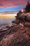 Басовый маяк головы гавани, Acadia NP на заходе солнца Стоковые Фотографии RF