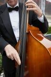 басовый музыкант чистосердечный Стоковая Фотография