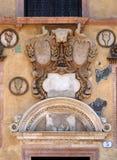 Басовый сброс на стене Palazzo Ragione в Signori dei аркады в Вероне стоковая фотография rf