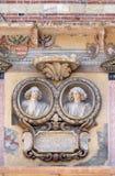 Басовый сброс на стене Palazzo Ragione в Signori dei аркады в Вероне стоковые изображения rf
