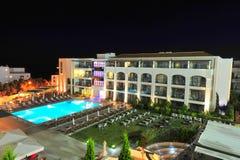 бассеин голубой гостиницы зеленого цвета сада самомоднейший Стоковые Фотографии RF
