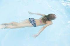 бассеин девушки плавая под водой детеныши Стоковое Фото