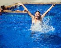 бассеин девушки радостный Стоковые Фото