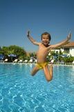 бассеин мальчика скача стоковая фотография