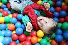 бассеин мальчика шарика Стоковые Изображения RF
