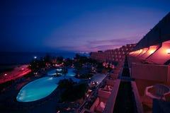 бассеин ночи гостиницы Стоковая Фотография