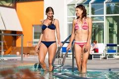 бассеин плавая 2 женщины Стоковые Изображения