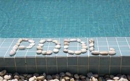 ` Бассейна ` надписи положено вне камешком на сторону бассейна стоковые фото