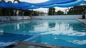 Бассейны спортклуба для заплыва людей и игры на на открытом воздухе