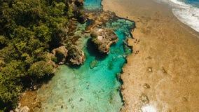 Бассейны утеса Magpupungko естественные Вид с воздуха: Филиппины, Siargao сток-видео