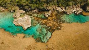 Бассейны утеса Magpupungko естественные Вид с воздуха: Филиппины, Siargao видеоматериал
