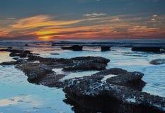 Бассейны La Jolla приливные на заходе солнца стоковое изображение