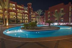 Бассейн в роскошном тропическом курорте гостиницы на ноче Стоковые Изображения RF