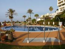 Бассейн гостиницы в Испании с пальмами Стоковое Изображение RF