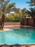 Бассейн гостиницы в пустыне Сахары стоковая фотография rf