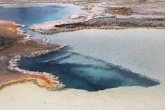 Бассейн дуплета, двойной горячий источник бассейна в верхнем тазе гейзера в национальном парке Йеллоустона, США стоковое изображение