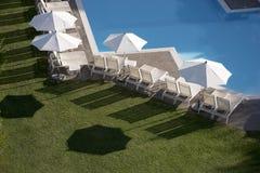 Бассейн, зонтики, трава Стоковое Изображение RF