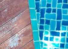 Бассейн и деревянный идеал палубы для предпосылок Стоковая Фотография