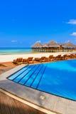 Бассейн и кафе на пляже Мальдивов стоковые изображения rf