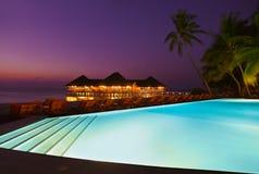 Бассейн и кафе на тропическом острове Мальдивов Стоковое Изображение RF