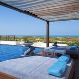 Бассейн и пляж кровати стоковые фотографии rf