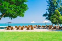Бассейн и стул зонтика на пляже Стоковые Изображения RF
