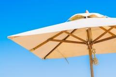 Бассейн и стул зонтика на пляже Стоковое Изображение RF