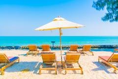 Бассейн и стул зонтика на пляже Стоковая Фотография
