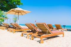 Бассейн и стул зонтика на пляже Стоковое фото RF