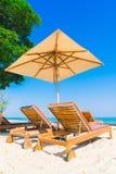 Бассейн и стул зонтика на пляже Стоковое Фото