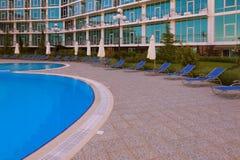 Бассейн и sunloungers Стоковая Фотография RF