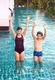 Бассейн конкуренции девушки и мальчика Стоковое фото RF