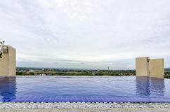Бассейн крыши с взглядом Стоковое Изображение RF