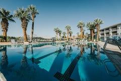 Бассейн курорта во время лета стоковые фото