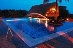 Бассейн курорта снятый на ноче стоковая фотография